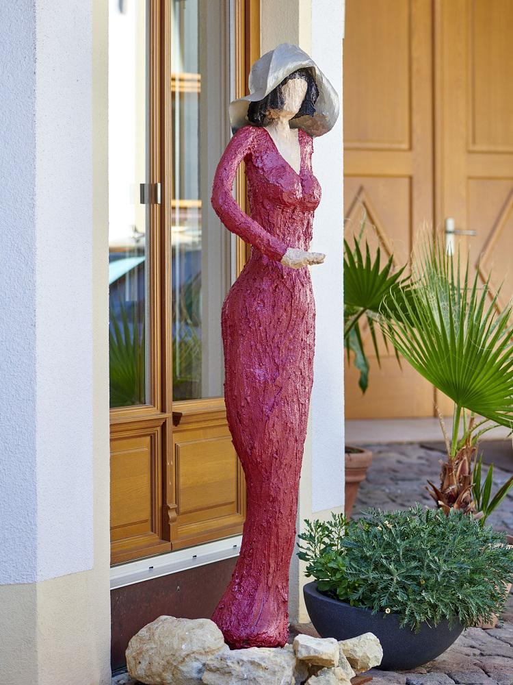 Hannah - Rote Skulptur im Weingut Pitthan